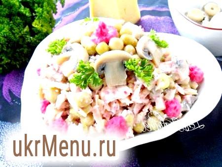 Салат з куркою, маринованими грибами та сиром