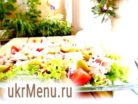 Салат з помідорами і тунцем