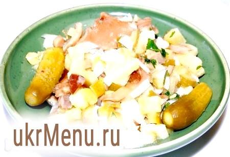 Салат із солоними огірками і грибами