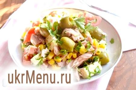 Салат з тунцем, помідорами і кукурудзою