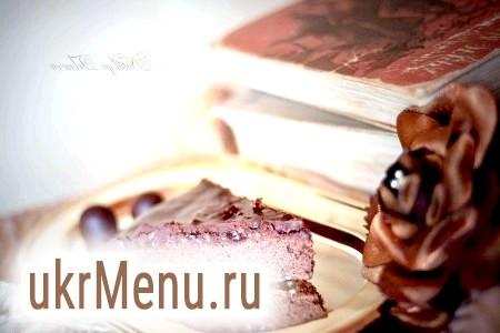 Шоколадний пиріг з полуничним джемом і горіхами