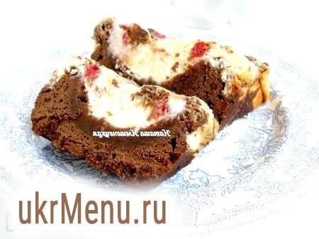 Шоколадний пиріг з сиром і малиною