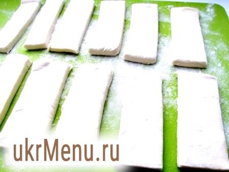 Фото - Розрізати тісто на однакові смужки бажаних розмірів.