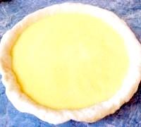 Фото - Крок №3 - Розкачати тісто, що підійшло діаметром більшим, ніж діаметр форми для випечкі.Виложіть тісто у форму, піднявши края.Виліть начинку.
