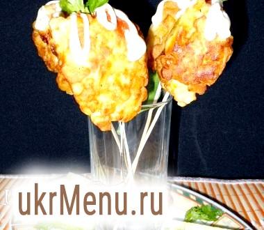 Сосиска в картоплі з грибами на шпажках