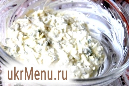 Фото - За бажанням і за смаком можна посипати меленим запашним перцем, потім соус зі сметани і яєць ретельно перемішати.