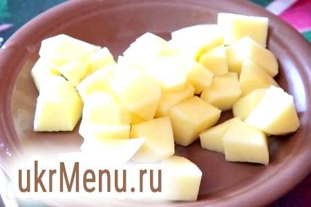 Фото - У приготовлений курячий бульйон додаємо картоплю, солимо його і перчимо до смаку.