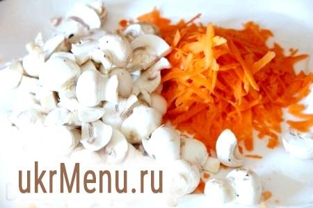Фото - Морква трьом на тертці, гриби і цибулю дрібно шаткуємо.