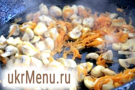 Фото - Обсмажуємо моркву, цибулю і гриби на сковороді на олії до легкого золотистого кольору.