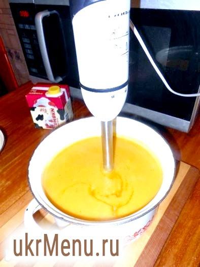 Фото - Через 20 хвилин, коли овочі стануть м'якими, розмолоти овочі блендером до стану пюре. У гарбузовий суп-пюре влити 100 грам вершків.