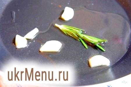 Фото - Масло нагрійте, додайте часник, розмарин. Прокалите, приберіть часник, розмарин. Ароматне масло для смаження стейків готово!