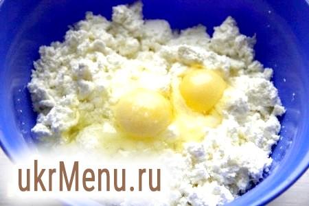 Фото - Начинка у вас може бути будь-яка. Я приготувала вареники з сирною солоною начинкою. Для цього до сиру додала яйця і сіль. Все добре перемішала.