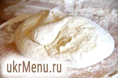 Фото - Для приготування тіста для вареників потрібно в кефір додати соду і залишити все на 5-10 хвилин. Коли сода почне взаємодіяти з кефіром, додати яйця, сіль і поступово борошно. Замісити тісто. Тісто має бути м'яке, що не забите і не дуже щільне.