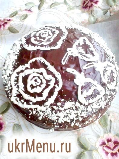Торт медовий з чорносливом і горіхами