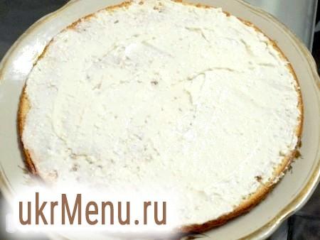 Фото - Сир, сметану, вершки, загущувач і цукор збиваємо блендером. Крем для торта вийде досить густим. Вишневий сік, змішаний з коньяком (коньяк можна і не додавати), стане прекрасною просоченням для нашого торта. Просочуємо перший корж, змащуємо кремом, кладемо другий корж, просочуємо і знову змащуємо кремом.