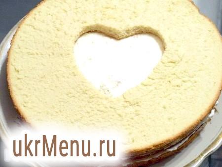 Фото - Кладемо третій корж з вирізаним сердечком, просочуємо його, змащуємо кремом, залишилося покласти четвертий корж із серцем, просочити його. Ретельно змащуємо торт, в тому числі і сердечко, кремом.