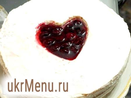 Фото - Дістаємо торт. У центр (в сердечко) щільно викладаємо вишню, заливаємо желе на ягоди і відправляємо в холодильник до застигання. Залишився желе я розлила у формочки для льоду (у вигляді сердечок) і теж відправила в холодильник. Ці сердечка стануть чудовою прикрасою для торта.
