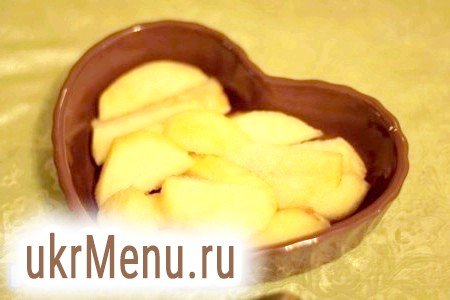 Фото - Яблуко і грушу нарізати невеликими шматочками. Грушу викласти у форму.