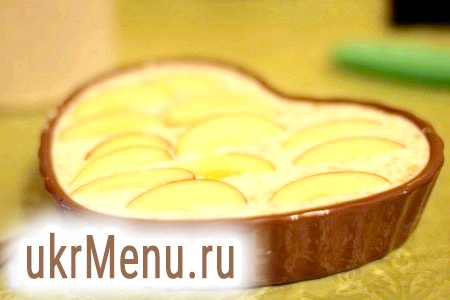 Фото - Зверху на десерт укласти яблука.