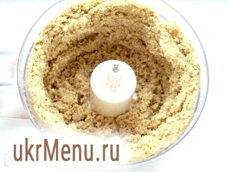 Фото - Волоські горіхи та печиво подрібнюємо в комбайні, додаємо вершкове масло і цукор.