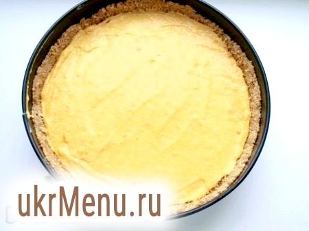 Фото - Дістаємо форму з основою для гарбузового чізкейку з холодильника і на основу з печива рівномірно викладаємо сирну масу.