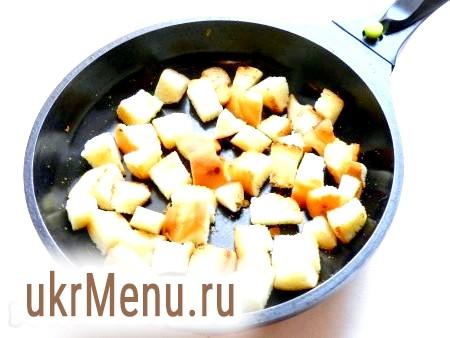 Фото - Часниковий хліб нарізати невеликими шматочками і обсмажити в сковороді без масла.