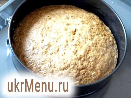 Фото - У форму, змащену маслом, викладаємо тісто і випікаємо приблизно 30-40 хвилин в духовці, розігрітій до 180 градусів (готовність перевірити зубочисткою).
