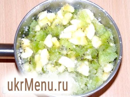 Фото - Розім'яти фрукти виделкою не надто сильно. Потім додати цукор і сік лимона. Добре перемішати і поставити на вогонь.