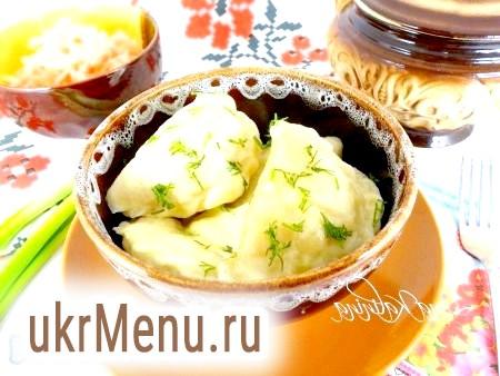 Фото - Подавати смачні, пишні вареники з квашеною капустою в гарячому вигляді зі сметаною і вершковим маслом. Зверху посипати подрібненим кропом. Спробуйте, Вам сподобається це блюдо!