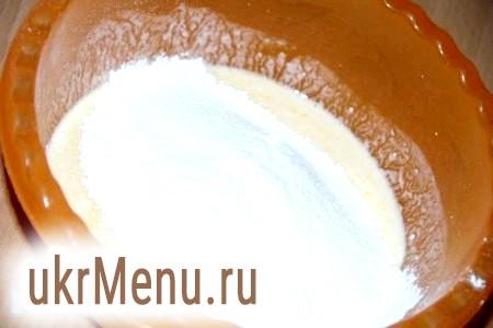 Фото - Добре перемішати в мисці кефір, яйце, цукор, сіль. Всипати просіяне борошно.
