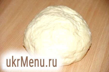 Фото - Замісити м'яке, ніжне і еластичне тісто. Загорнути його в харчову плівку і прибрати в холодильник на 30 хвилин.