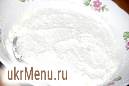 Фото - Для приготування начинки з'єднати сир, жовток, сіль, цукор. Все добре перемішати і начинка для вареників готова.