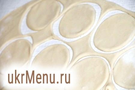 Фото - Готове тісто тонко розкачати качалкою. Вирізати склянкою або кухлем кола.