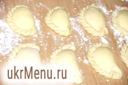 Фото - Викласти готові вареники на припорошену борошном поверхню, в такому вигляді можна заморозити вареники в морозильній камері.