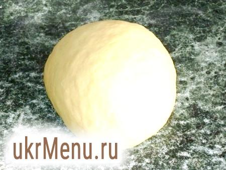 Фото - Просіваємо в миску борошно і робимо поглиблення. Окремо змішуємо сироватку, яйце і сіль. Отриману рідку масу виливаємо в поглиблення в борошні і замішуємо тісто.