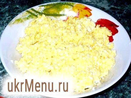Фото - Сир ретельно розминаємо виделкою (можна перетерти через сито), додаємо яйце, цукор і добре перемішуємо. Начинка для вареників готова.