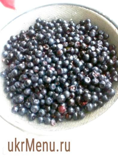 Фото - З даної кількості продуктів всього виходить 30-35 вареників. Спочатку підготуємо ягоди. Чорницю треба вимити і викласти на сито, щоб стекла вода.
