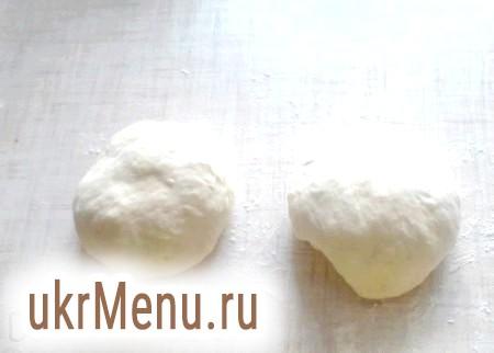 Фото - Накрити харчовою плівкою (або рушником) і залишити на 10-15 мінут.Стол злегка присипати борошном і обмять тісто. Розділити на 2 шматки. Сформувати 2 кулі.