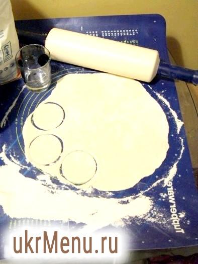 Фото - Потім розкачати тісто і вирізали склянкою гуртки діаметром близько 7-8 см.