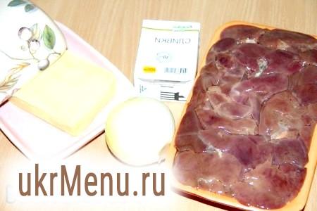 Фото - Підготувати продукти для приготування ніжного, смачного паштету з курячої печінки. Лук очистити.