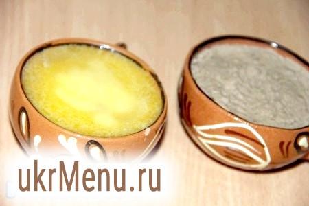 Фото - Викласти печінкову масу у форми і залити розтопленим вершковим маслом.