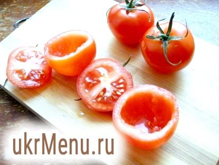 Фото - Невеликі міцні помідори вимити, обсушити. Ножем акуратно зрізати верхівку. М'якоть помідора вийняти чайною ложкою.