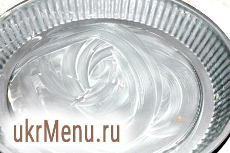 Фото - Форму змастити маслом і перелити в неї тісто для шоколадного торта.