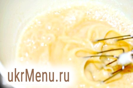 Фото - Додати до яєць молоко, цукор, продовжуючи збивати масу.