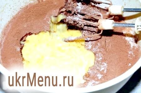 Фото - Масло вершкове розтопити, остудити і теж додати в тісто.
