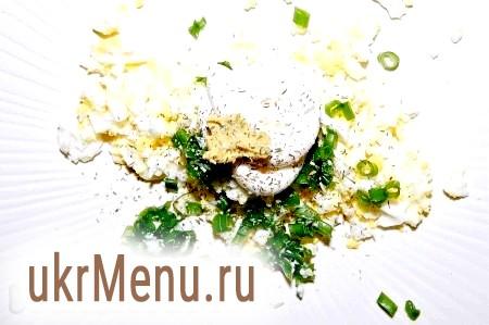 Фото - Для закуски № 2 ріжемо дрібними колечками зелений лук, подрібнюємо виделкою яйце круто, заправляємо майонезом зі сметаною, можна додати трохи гірчиці. Солимо за смаком.