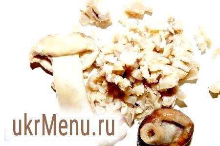 Фото - Для закуски № 3 нарізаємо дрібними шматочками солоні гриби, змішуємо з подрібненим яйцем і заправляємо сметаною з майонезом.