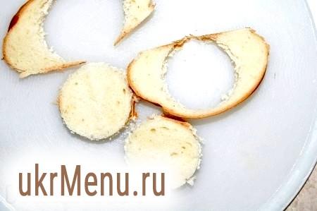 Фото - З білого хліба вирізаємо кружечки, товщиною в палець.