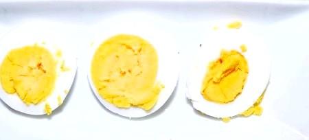 Фото - Яйце круто нарізаємо кружечками.