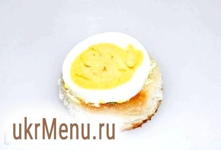 Фото - Кружечки з хліба обсмажуємо на будь-якому маслі до легкої рум'яності, щоб вийшли грінки. На кожну грінку розміщуємо по кружечку яйця.